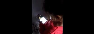 Niña de 2 años canciones de Dioli en un celular