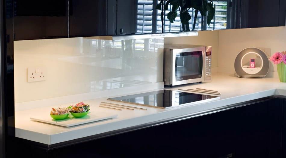Soluciones de vidrio para la pared frontal de la cocina