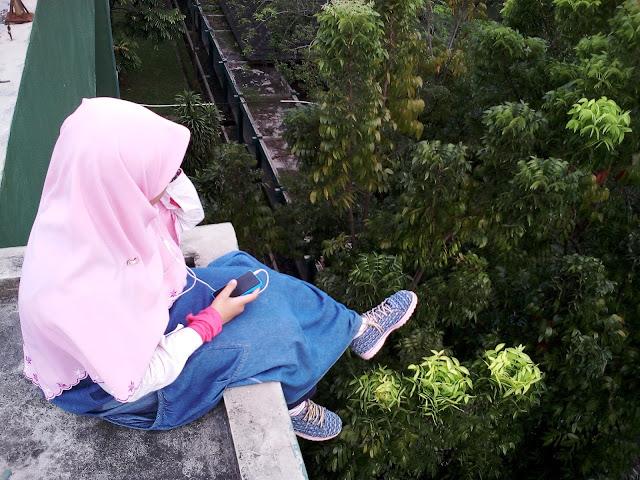 Akhwat gaul, anime berhijab, akhwat dengarkan musik Quote muslimah, fashion blogger, Pakaian syari gaul kekinian terbaru
