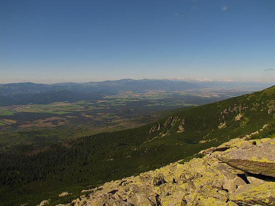 Góry Choczańskie, a za nimi zachodnie szczyty Niżnych Tatr.