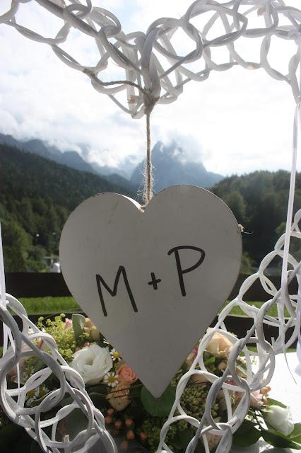 Ringständer Herz Rosamunde Pilcher inspirierte Sommerhochzeit in Pfirsich, Apricot, Pastelltöne - Heiraten in Garmisch-Partenkirchen, Bayern, Riessersee Hotel, Seehaus am Riessersee - Hochzeit am See in den Bergen - Peach and Pastell wedding