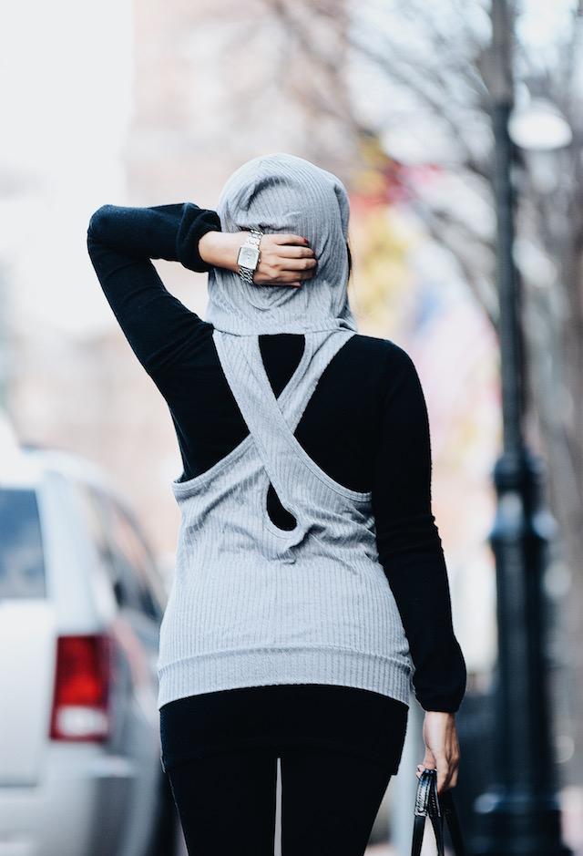 Wearing: Gray T-shirt: Choies Black Sweater: Choies Leggings: SheIn Bag: Coach Boots: Yoki (Similar Here)- Watch: Puma