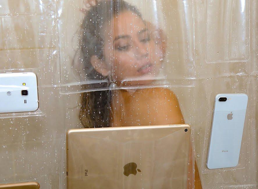 Volete usare lo smartphone anche sotto la doccia? Arriva la tenda che lo consente!