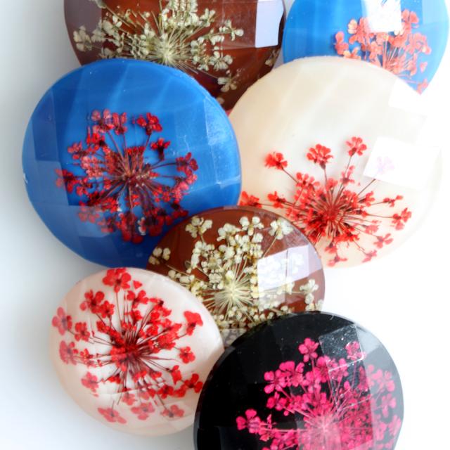 Knapper i fire farvekombinationer - Alle knapperne har en ægte blomst indeni.