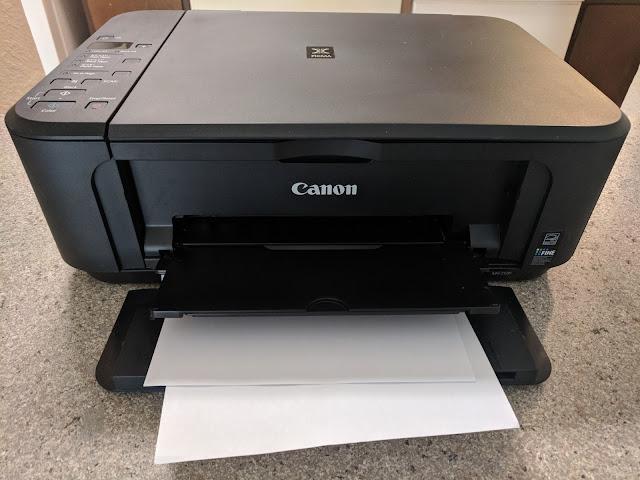 Impresora Canon con página justo terminada de imprimir