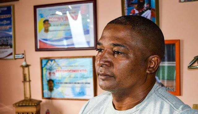 El villaclareño presenta su queja sobre le terna guerra entre el futbol y el beisbol internacional en la TV Cubana. Foto: Orlando Morales Silverio
