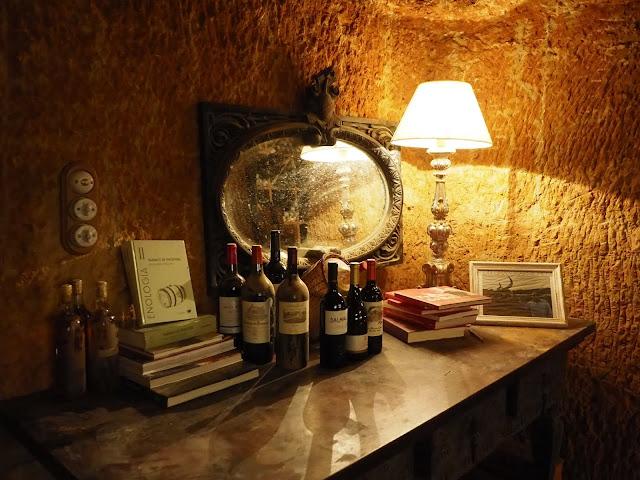 Mesa con libros y botellas de vino