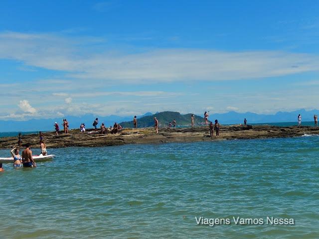Rocha que divide a Praia da Tartaruga em duas partes