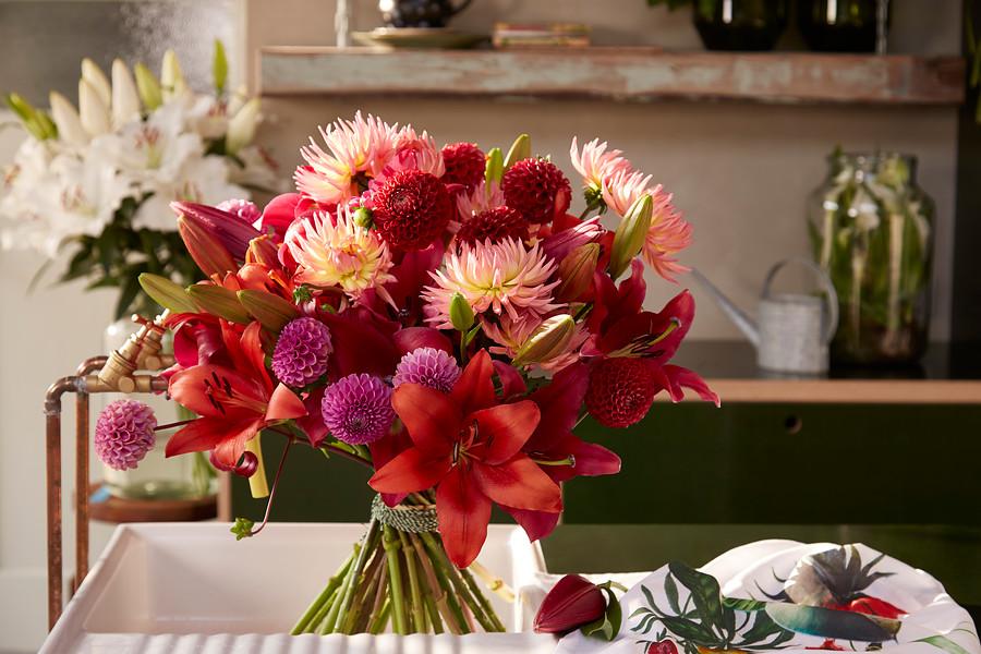 ramo de dalias y azucenas en colores rojos y rosas