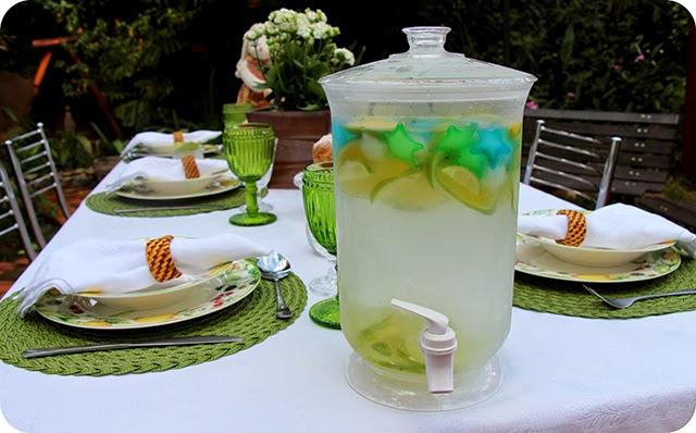 Água saborizada / aromatizada com rodelas de laranja.