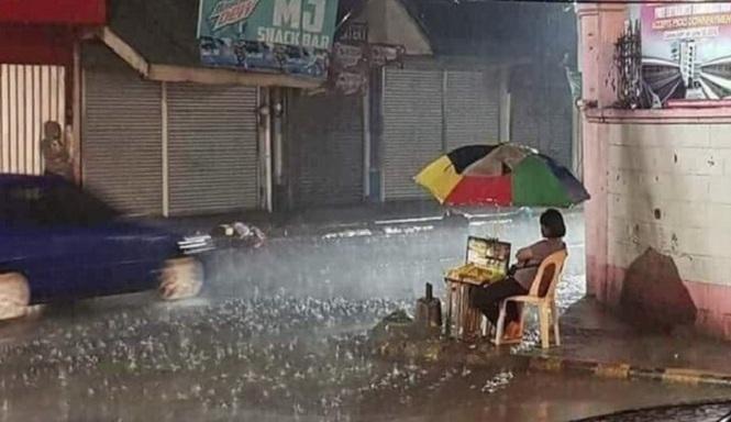 Netizen Menangis Liat Ibu Ini Tetap Jualan Meski Hujan Deras