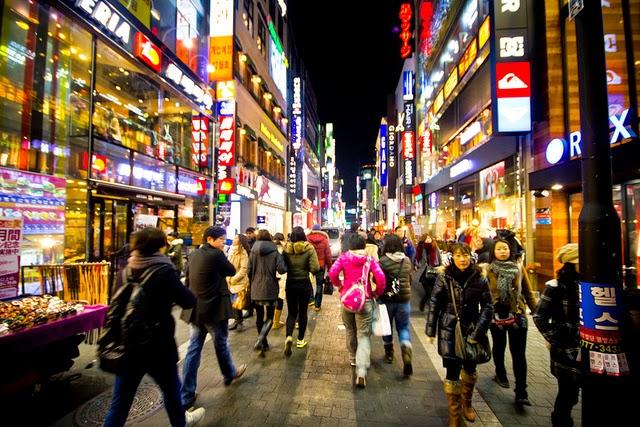 Myeongdong-Shopping-Street-Seoul-Korea-Selatan
