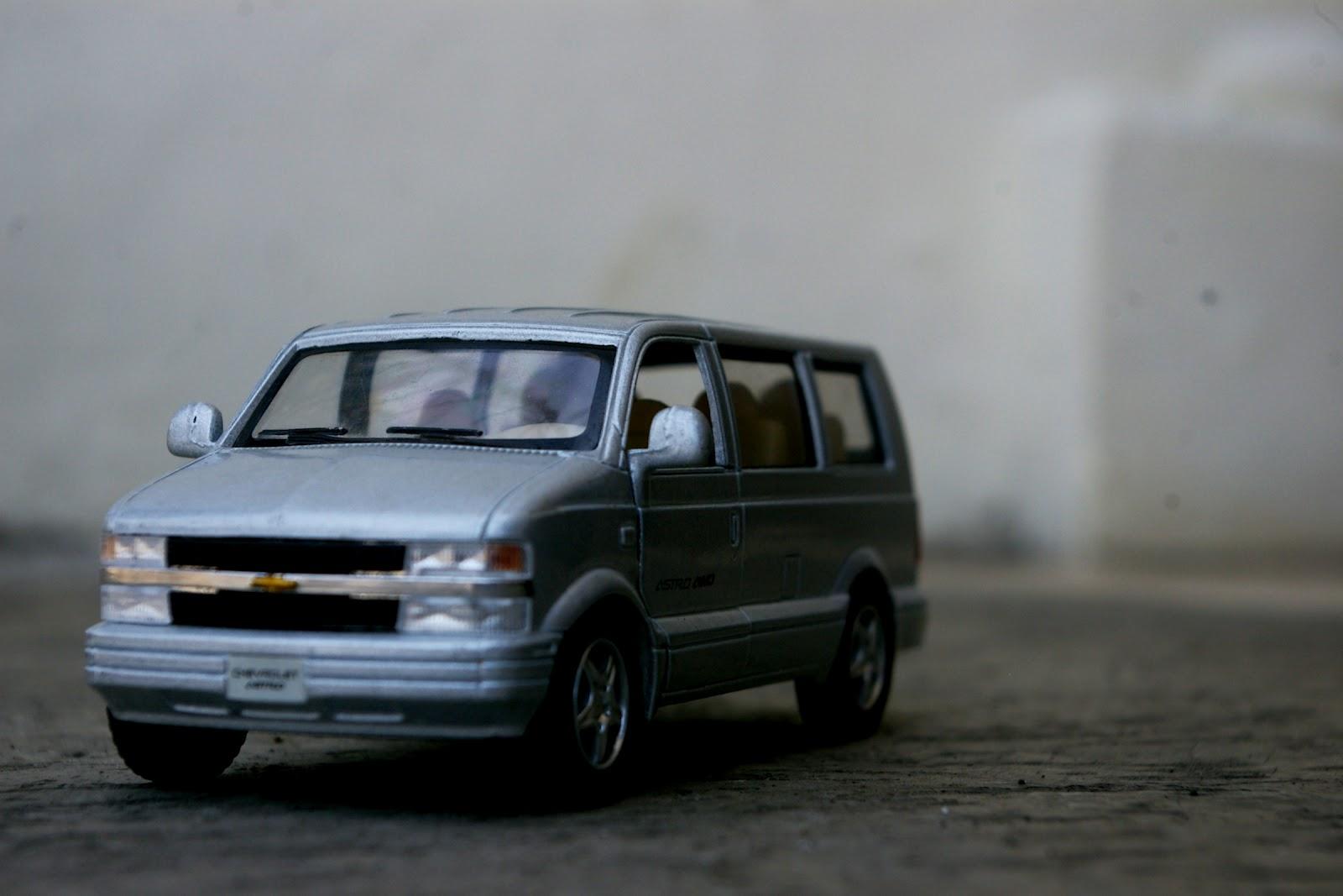 1 38 kinsmart 2001 chevrolet astro van [ 1600 x 1067 Pixel ]