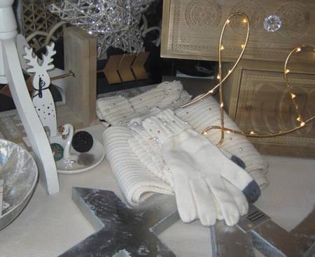Conjunto de bufanda, guantes y gorro de punto y perlitas.