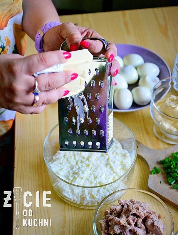 salatka jajeczna, salatka warstwowa, salatka z tunczykiem, salatka na impreze, majonez, tunczyk, jajka, zycie od kuchni, przygotowywanie salatki