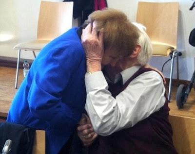 Eva Kor y Oskar Gröning en el juicio contra los nazis. Fuente: http://i.dailymail.co.uk/i/pix/2015/04/25/01/27F1505900000578-3053685-image-m-2_1429921719130.jpg