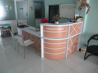 Meja Front Desk Untuk Ruang Sempit & Service Furniture
