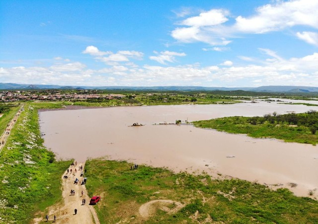 Após chuvas, açude seco há 17 meses atinge 30% da capacidade no interior do RN