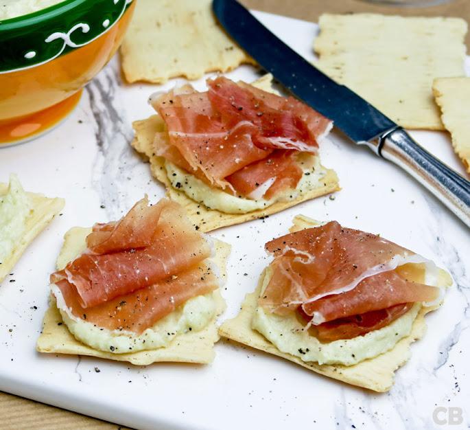 Italiaanse toastjes met frisse artisjokkencrème en gedroogde ham