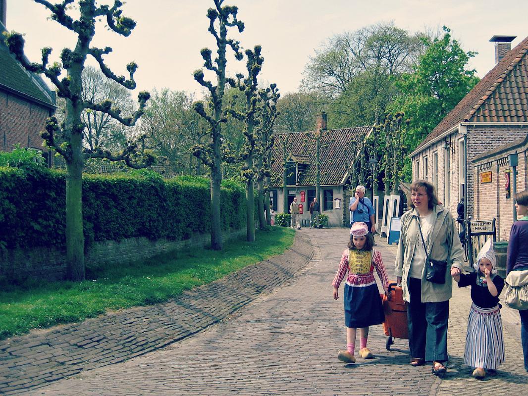 Dzieci w holenderskich strojach ludowych.