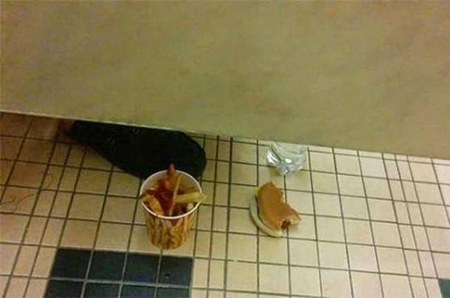 Situações malucas da internet vistas em banheiro público