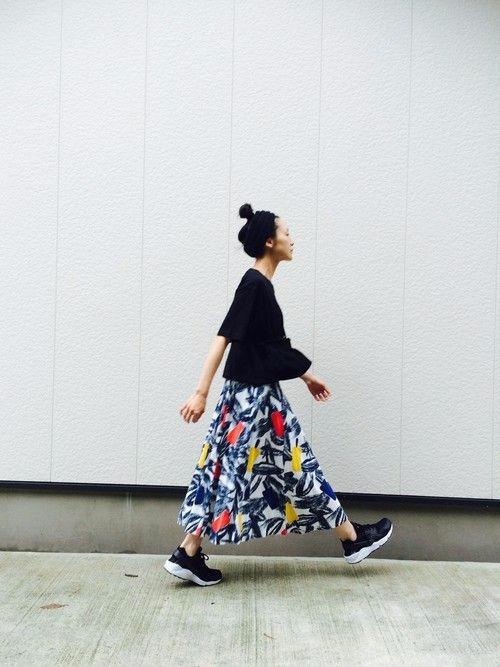 Váy maxi và giày sneakers - combo cực chất cho mùa th2u