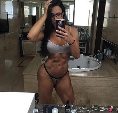 Gracyanne Barbosa muestra abdomen definido en calzon y sueter