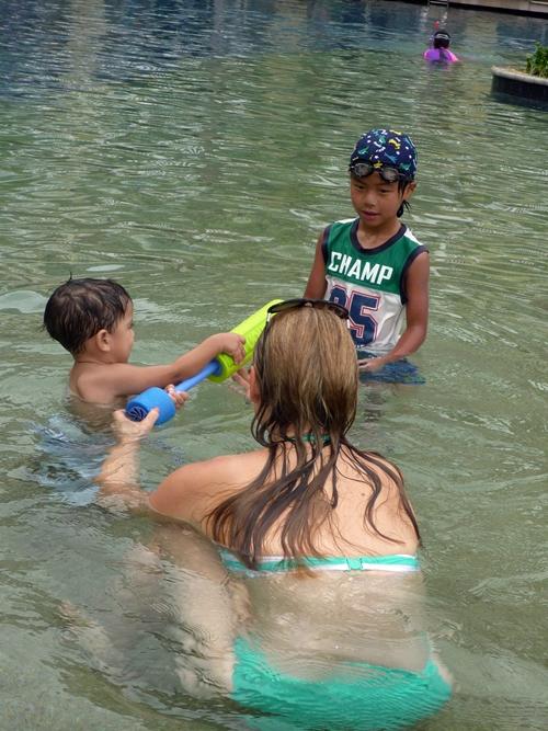 タイでドバイから観光に来たトーマス君と遊ぶ息子