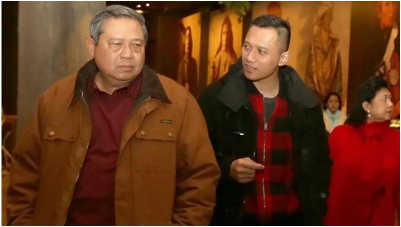 SBY berbincang dengan Agus Harimurti Yudhoyono