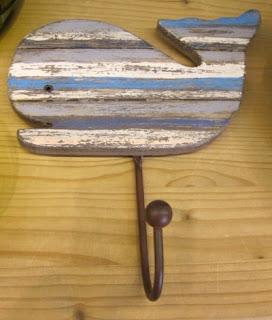 Colgador ballena pequeño de madera metal