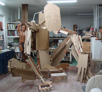Armando con cartón la estructura para la escultura