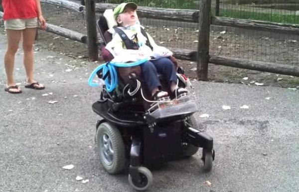 chế tạo xe lăn điên trẻ em