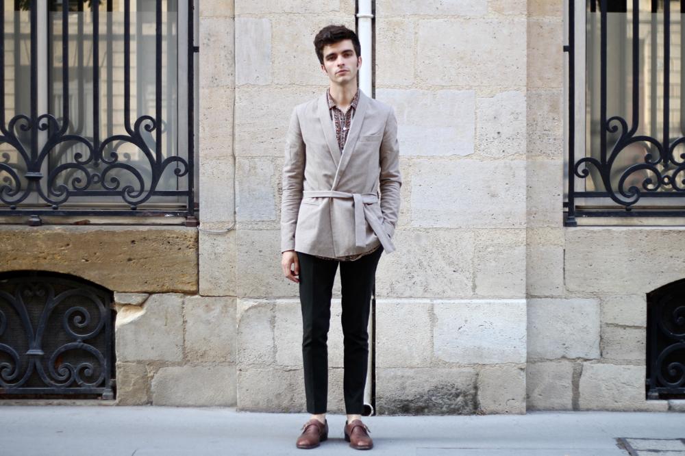 BLOG-MODE-HOMME-VOYAGE-STYLE_chemise-soie-equipment-veste-kimono-ceinture-croisee-noyoco-saharienne-chaussures-boucle-céline-bordeaux-paris