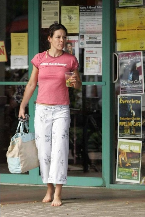 Barefoot Celebrities: Evangeline Lilly going shopping barefoot