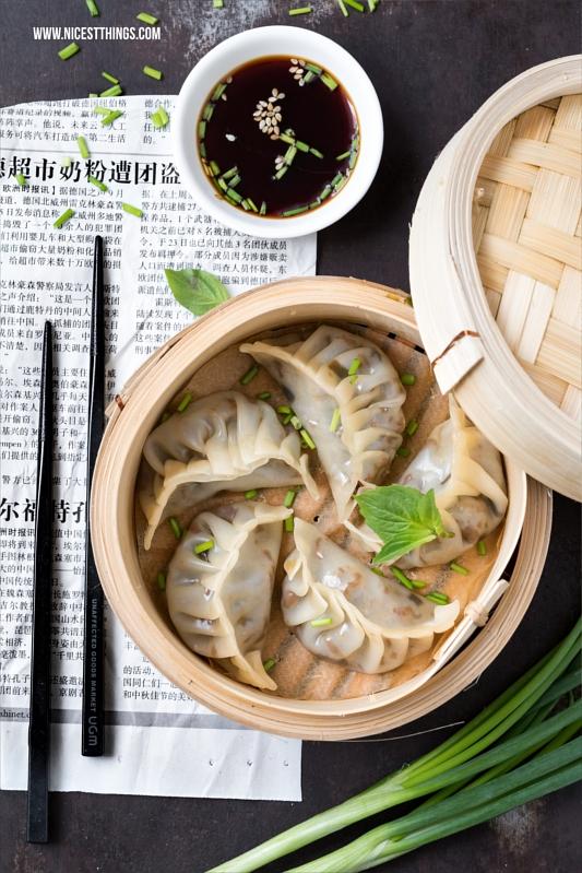 Jiaozi / Gyoza: gedämpfte asiatische Teigtaschen mit Hackfleisch-Füllung im Bambusdämpfer