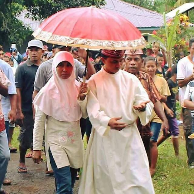 Keluarga Muslim di Flores Menghantar Putranya Untuk Dibaiat Sebagai Imam Katolik