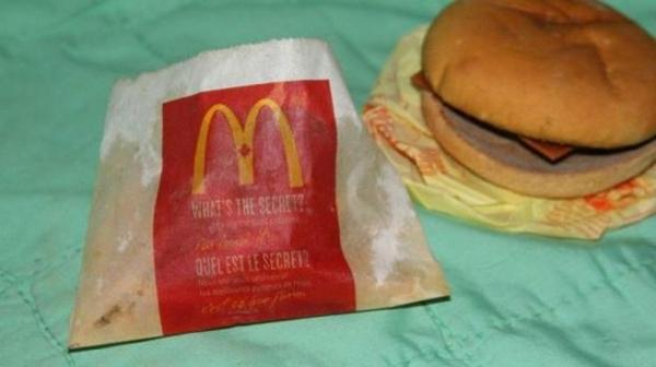 Un hombre subasta en eBay una hamburguesa de McDonald's comprada hace 6 años