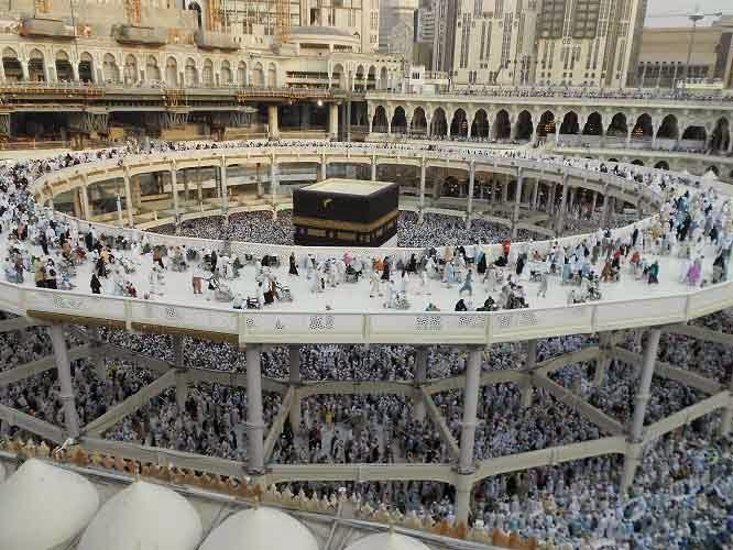 Mengerjakan rukun umroh Thawaf di Masjidil Haram