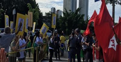 Grupos contra e a favor do PT se manifestam em frente ao Fórum da Barra Funda em SP
