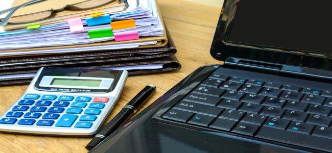 notebook, calculadora e planilhas