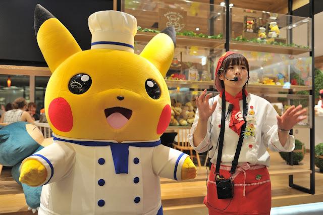 在大家用餐的差不多時間後,這時由服務生帶著皮卡丘出來跟大家見面互動。因為都是講日文,所以也不知道到底在說些什麼,不過有看到超萌的皮卡丘誰管它到底在說什麼勒!