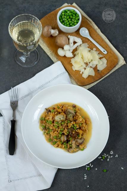 Risotto z grzybami i zielonym groszkiem.