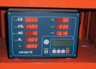 Menggunakan exhaust emissions tester