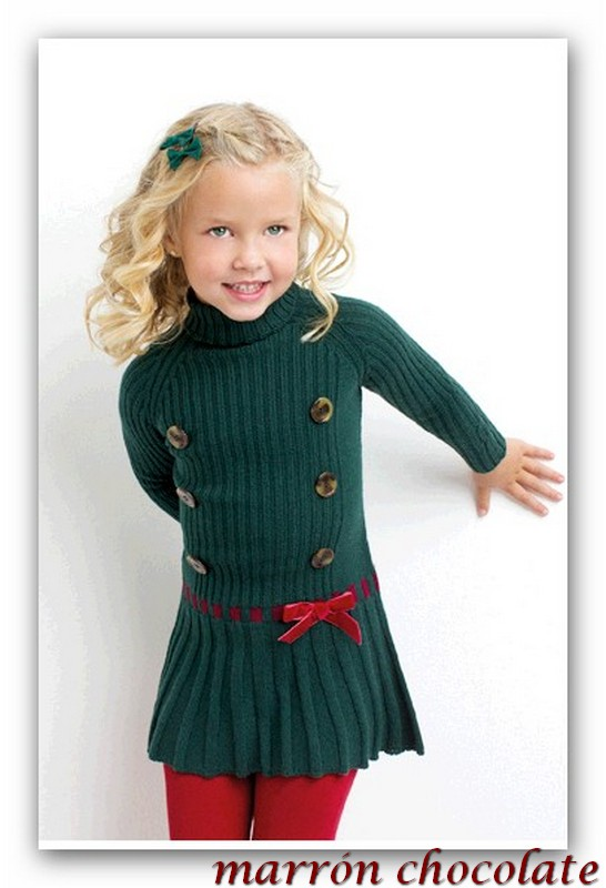 601dcadf6 Uno de las prendas favoritas de las niñas es esta monada de vestido de  punto den verde botella con detalle en burdeos.