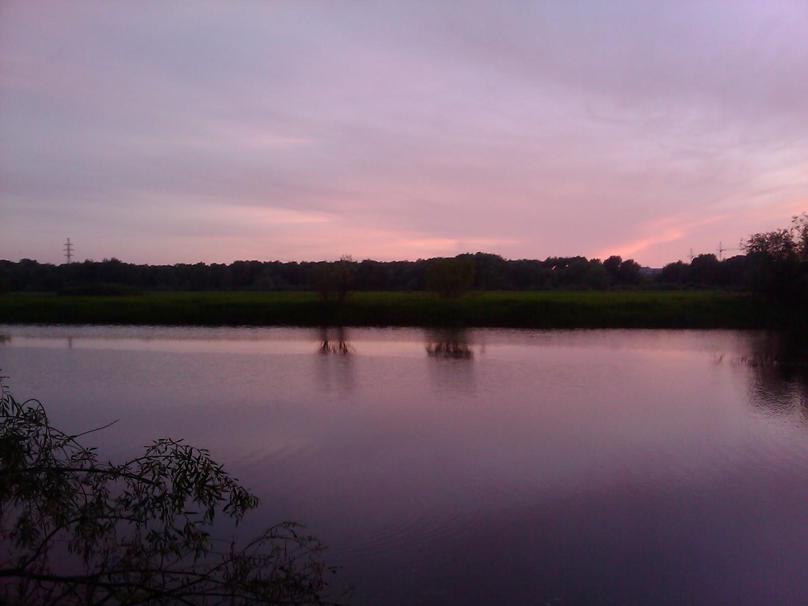 Розовое небо над рекой
