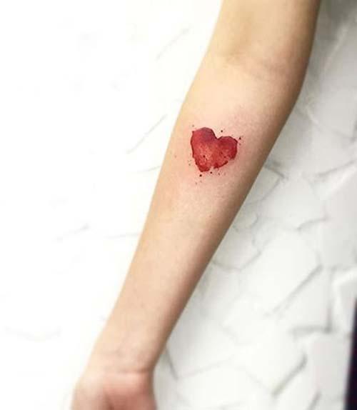 kırmızı kalp dövmesi red heart tattoo