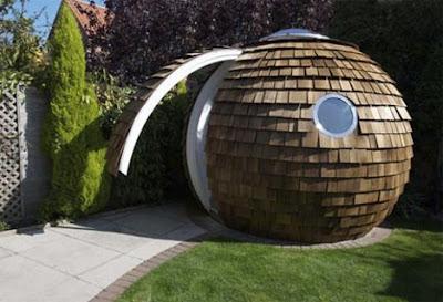 Oficina muy especial en el jardín en forma de esfera