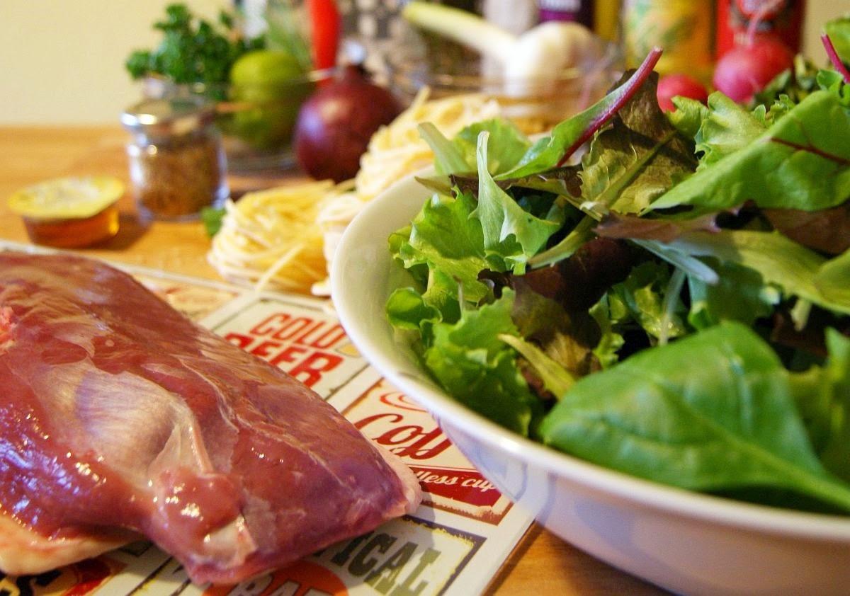 Knusprige Ente Mit Nudelnestern Hoisin Salat Gastrolux