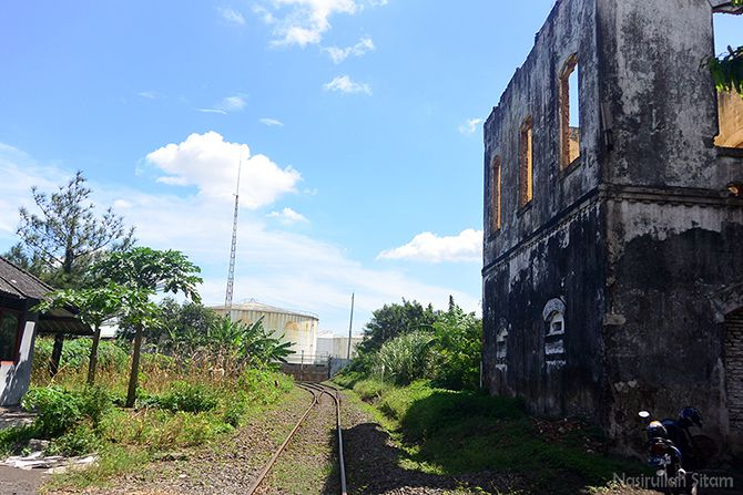 Jalur rel kereta api tepat di samping bangunan tua