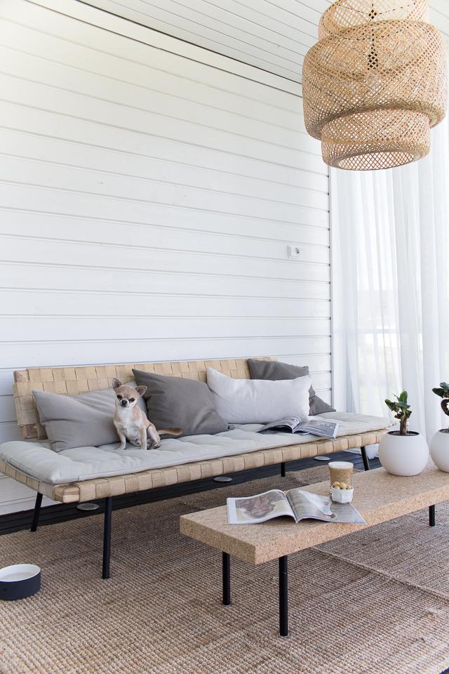 Villa H, terassi, sisustus, kesäolohuone, stingray IKEA, chihuahua